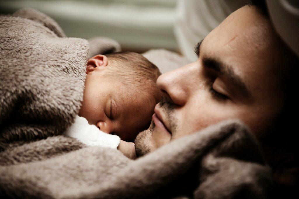 Hombre y bebé durmiendo